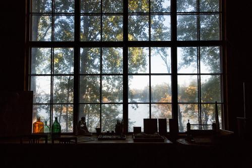 Halosenniemen ateljeen ikkuna. Kuva Kari Kohvakka