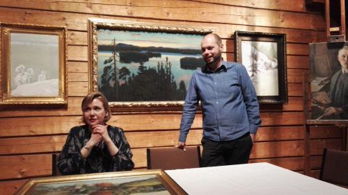 Johanna Lindforss ja Thomas Luoma arvioimassa taidetta Halosenniemessä